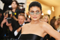 kylie-jenner-va-loat-my-nhan-hollywood-e-che-vi-noi-doi