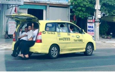 taxi-lam-xiec-nhoi-nhet-11-nguoi-luu-thong-tren-quoc-lo-1