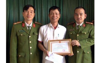 khen-thuong-nguoi-dan-ong-lao-xuong-song-cuu-2-me-con