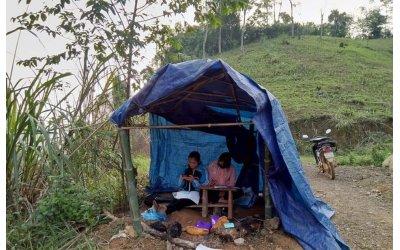 co-nu-sinh-dh-thuong-mai-phai-dung-lan-tren-doi-bat-song-hoc-online