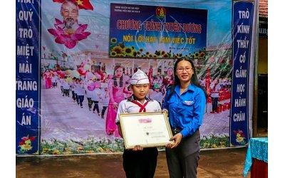 khen-thuong-hoc-sinh-lop-5-tra-lai-50-trieu-dong-nhat-duoc