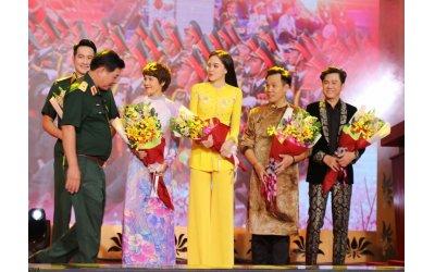 dan-mau-danh-tieng-viet-long-lay-dien-ao-dai-viet-hung-trong-chuong-trinh-giai-dieu-to-quoc