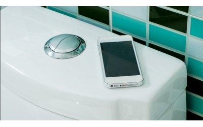 tac-hai-cua-viec-dung-smartphone-khi-di-ve-sinh