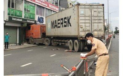 xe-container-tong-vao-chi-nhanh-ngan-hang-o-tp-hcm
